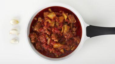 Krydre kjøttet godt med salt og pepper og legg det i gryten. Tilsett så selleri, tomater, fennikel og tomatpureen og hell på nok vann til at det hele dekkes. La det koke opp, og senk deretter temperaturen til svak varme. Sett på lokket og la gryten putre i ca. 20-25 minutter, eller til kjøttet er helt mørt og begynner å falle fra hverandre og sausen er deilig og tykk. Hold øye med gryten, og tilsett en svett vann hvis det ser litt tørt ut. Smak til med sitron og litt mer krydder om nødvendig.