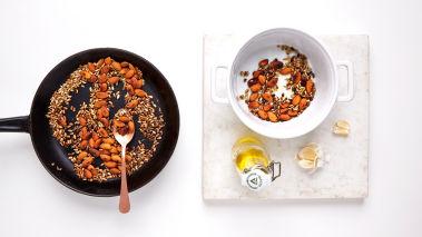Skjær squashen i tynne strimler på langs med en grønnsakmandolin eller potetskreller. Legg strimlene i en skål og strø over en klype salt. Vend forsiktig.