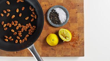 Skjær lammekjøttet i store biter og brun det i olivenolje i en stor, tykkbunnet kjele sammen med grønnsaker, løk, tomatpuré og krydder. Tilsett hakkede tomater med væsken fra boksene, tørkede aprikoser og 5dl vann og la det koke opp. Skum av kokekraften. La kjøttet småkoke på svak varme til det er mykt og mørt.