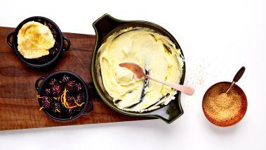 Det er viktig at bærene fremdeles er godt frosne når de settes i ovnen. Hemmeligheten med denne desserten er kombinasjonen av varm, boblende ost sammen med bær som fremdeles er litt frosne. Kjempegodt!