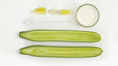 Del agurken og ta ut kjernene. Skjær den i tynne skiver og legg dem i en skål. Tilsett salt, og la agurken ligge i ca. 15 minutter. La vannet renne av fra agurken, og tørk den lett med kjøkkenpapir. Bland ingrediensene til dressingen, og bland inn agurk. Smak til med pepper og sitronsaft.