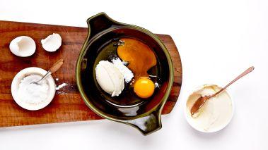 Sett ovnen på 250 grader, bruk gjerne varmluft. Bland osten med eggeplommer og vaniljesukker. Bland de frosne bærene med appelsinsaft og -skall. Legg bærene i ovnsfaste porsjonsformer med en klatt ostekrem på toppen, og strø en ts sukker over hver skål.