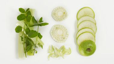 Skrell sellerien hvis skallet er tykt. Rens fennikelen. Skjær eple, selleri og fennikel i fine skiver med mandolin. Legg skivene i en skål. Kok opp sitronsaft, sitronskall og sjalottløk i en kjele, og la det koke i et par minutter. Drypp over rapsolje og smak til med salt og pepper. Rør sammen og bland med grønnsakene. Smak til med mynte.