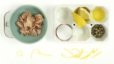 Bland alle ingrediensene med en stavmikser, bortsett fra olivenoljen, til en jevn blanding, hell i olivenoljen i en tynn stråle under stadig røring til sausen tykner og blir jevn. Smak til med svart pepper og evt. litt ekstra sitronsaft. Server til kylling, kalkun, med en grønn salat.