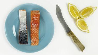 Grill laksen i 10-12 minutter eller stek den i ovnen på 150 grader.