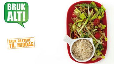 Rester: TACOSALAT MED RIS Bland restene fra middagen med kokt ris og litt ekstra salat.