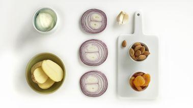 Potetsalat: Kok potetene i lettsaltet vann. Hell av vannet, og hold dem varme. Rist mandlene i en stekepanne. Skjær løk og hvitløk i tynne skiver, legg de i en skål og la de trekke med olje, eddik og krydderet. Hakk aprikosene og bland alt i en stor salatbolle og smak til med kvernet salt og pepper.