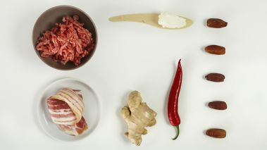 Legg grillspydene i kaldt vann, så de tåler varmen bedre når de grilles. Hakk sviskene. Bland kjøttdeigen med alle ingrediensene og smak til.