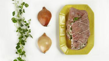 Kalkunfilet: Hakk løk i biter. Stek løken i smør i en stekepanne til den er myk. Bland løken med hakkede urter og smak til med salt og pepper. Stikk forsiktig inn en kniv i midten av kalkunfileten, fra kortsiden. Lag en kanal gjennom hele. Fyll kanalen med urte-/løkblandingen. Bind opp fileten med hyssing, så det får en jevn og fin form. Salte og pepre godt. Stek i ovnen på 150 grader, kjernetemperaturen bør være 65-67 °. La kalkunfileten hvile litt før du skjærer den i skiver. Fileten kan godt grilles på aluminiumsfolie, benytt da indirekte grilling på svak varme under lokk.
