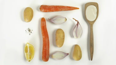 Skrell poteter, gulrøtter og løk. Skjær dem i biter, legg de i en kjele og kok de møre i lettsaltet vann under lokk. Hell av vannet, tilsett rømme, olivenolje og sitronsaft. Mos alt grovt med en potetmoser eller gaffel og smak til med salt og pepper.