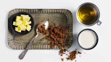 Bland alle ingrediensene til karamellsausen sammen og la det småkoke i 12-15 minutter eller til sausen tykner.