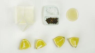 Rør sammen ingrediensene til dressingen, rør til den tykner. Smak til med salt og pepper.