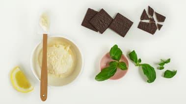 Hakk basilikum og grovdel mintsjokoladen, bland det med isen og smak til med sitronsaft.