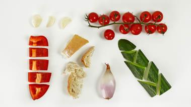Skrell agurk, sjalottløk og hvitløksfedd. Skjær agurk, løk, loff, tomater og paprika i grove biter og finhakk hvitløken.
