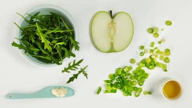 Skrell eplene og skjær dem i tynne skiver med mandolin eller kniv. Legg skivene i en skål. Skjær vårløk i tynne skiver og legg dem ned i eplene, tilsett olivenolje og smak til med pepperrot og salt.