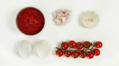 Skrell og skjær sjalottløken til sausen i mindre biter og skrell og press hvitløkskløftene. La løken, hvitløken og de ferske tomatene frese i olivenoljen, tilsett vannet og de knuste tomatene og kok sammen til en saus. Smak til med eddik og salt og pepper.