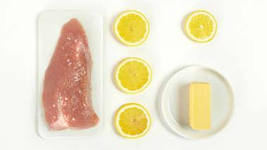 Varm ovnen til 200°. Bland smør, sitronskall, salt og pepper i en skål. Smør fileten med smørblandingen, legg den i en smurt ildfast form, og stek i ca. 40 minutter, til kjøttet er saftig og mørt. Kjernetemperaturen bør være mellom 75-80°.