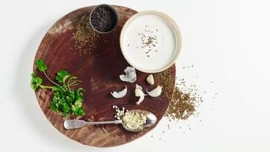 Bland ingrediensene til harissasausen og smak til med salt. Skjær kjøttet i skiver og server med grønnsakene og haris- sasausen.