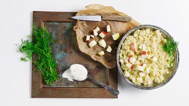 Kok opp vannet med 1 ts salt i en kasserolle, hell i couscousen og rør. Legg på lokk og la det stå i 5 minutter. Rør i couscousen med en gaffel for å løse den opp før servering.