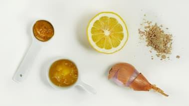 Del tomatene i to. Legg de i en skål, og bland med litt av dressingen.