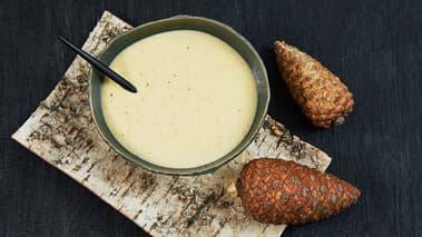 FLØTESAUS: Sil av sjyen som ligger i pannen under kalkunen. Blir det mindre enn 5 dl, tilsetter du mer fløte og en ekstra buljongterning. Ha kraften i en kasserolle og kok opp. Rør ut litt hvetemel i kald fløte og ha det i sjyen under omrøring. Tilsett resten av fløten. Smak til med salt og pepper. La sausen småkoke mens kalkunen hviler.