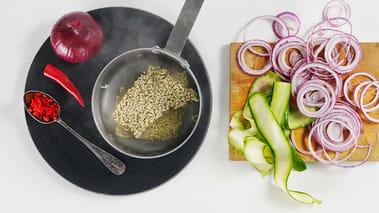 Kok opp saltet vann til nudlene og skjær squashen i tynne skiver på langs. Skjær rødløken i tynne skiver og finhakk chilien. Legg nudlene i det kokende vannet og sett det til side i 3-4 minutter. Hell nudlene i dørslag/sil og la de kjølne.