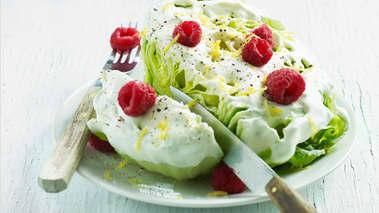 Vend salat og bærene i dressingen og legg det opp på et fat.