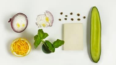 Legg kapersen i en skål. Skrell agurken, og ta ut frøene. Skjær i tynne skiver. Bland med kapersen. Riv også i skallet fra ½ sitron, og skjær deretter sitronkjøttet grovt opp. Husk på å fjerne kjernene. Finhakk løken og hakk basilikum. Legg opp osten på tallerken, drypp sitronsalsaen over og server med godt brød.