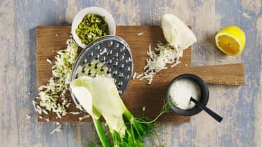 Hakk sylteagurker, riv fennikel og sellerirot grovt på et rivjern.  Bland resten av ingrediensene med grønnsakene i en skål og smak til remuladen med sitron, salt og sort pepper.
