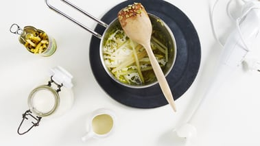 Skrell og finhakk hvitløk og sjalottløk og fres løken i litt olivenolje.