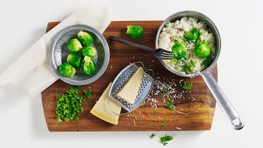 Fres sjalottløk i olivenolje til den er myk og tilsett risen. Varm opp til riskornene er gjennomsiktige. Hell eplejuice i pannen og la den koke inn. Tilsett rosenkål og etterfyll med varmt vann slik at risen absorberer væsken. La risottoen småkoke i 15 minutter, vend i reven parmesan og hakket persille. Smak til med salt og pepper. Risottoen er best når den ikke er for fast så tilsett gjerne litt mer væske helt på slutten av koketiden.