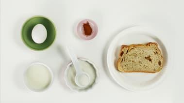 Visp sammen egg og melk. Bland sukkeret med kanelen. Vend brødskrivene i eggeblandingen og la de ligge et par minutter, slik at de mykner. Stek ridderne på begge sider i litt smør. Ta de opp, og vend de i sukkerblandingen. Server med friske jordbær og vispet krem.