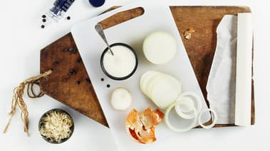 Skrell og skjær løk i skiver og hell kraften av surkålen. Brun løk og surkål i olivenolje og tilsett knuste enebær og creme fraiche. La det koke sammen i et par minutter. Smak til med salt og pepper.