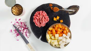 Skrell løk, hvitløk og rotgrønnsakene. Skjær løken og grønnsakene i terninger. Finhakk hvitløken.