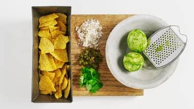 Hell rømmen i en skål og strø hakket frisk koriander på top- pen. Varm tortillachipsene litt i ovnen før servering.