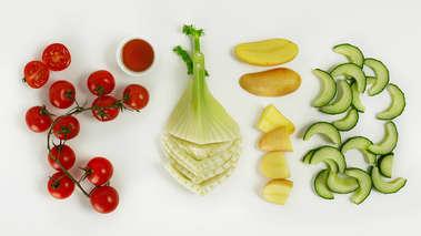 Del laksen i grove biter og legg dem i en skål med kokte, halverte poteter, agurk, fennikel, tomat, eddik, olivenolje, salt og pepper og bland alt forsiktig. Server med sitronbåter.