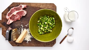 Krydre lammekotelettene med salt og pepper. Grill eller stek kotelettene i ca. 4 minutter på hver side. Legg kotelettene på fat og stek deretter brokkolibitene i samme stekepanne. Beregn ca. to små koteletter per person.
