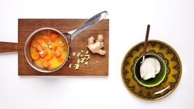 Skrell og del gulrøtter, løk og hvitløk i små biter. Kok alt mørt i appelsinjuice tilsatt ingefær i ca. 15–20 minutter. Sil av og sett til side juicen. Bland inn crème fraîche i gulrøttene med stavmikser. Tilsett litt av juicen och miks til du får en glatt og myk krem. Smak til med salt og pepper.