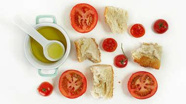 Legg løk, olje, sukker, sitronsaft og vann i en kjele. Kok opp vinaigretten og la den putre i et par minutter. Tilsett eplesyltetøy og sennep. Vinaigretten skal være litt flytende, men likevel tykk. Smak til med salt og pepper.