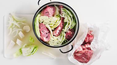 Hell vann i kjelen til det såvidt dekker kjøttet og kålen og la det koke opp. Skru ned varmen og la det småkoke i ca. 40 min til kjøttet løsner fra benene. Skum av kokevannet i starten av koketiden.