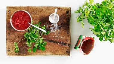 Tilsett hakket tomat og Sambal Oelek samt 4-5 dl vann og la alt koke opp sammen. La det koke under lokk i ca. 30-35 minutter til kjøttet er mørt. Smak til gryten med havsalt og pynt med frisk koriander.