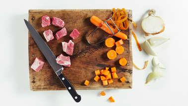 Skjær kjøttet i store biter. Skrell og skjær gulrøttene i terninger. Brun kjøttet sammen med gulrøtter, løk og krydder i olivenolje i en stor kjele.