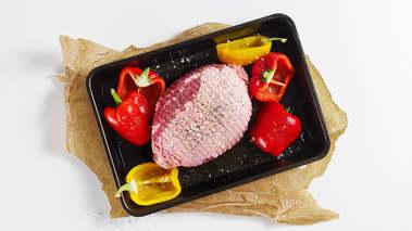 Sett ovnen på 175°. Bland dijonsennep med krydderblandingen og revet sitronskall og gni inn lammesteken. Strø på salt og pepper. Drypp olivenolje over de hele paprikaene og strø på flaksalt.
