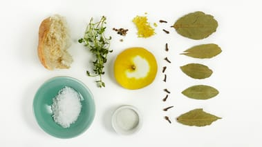 Skjær grønnsakene i ønsket form. Kok opp marinaden i mellomtiden.
