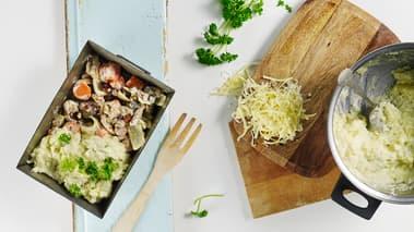 Fordel kjøttblandingen i en ildfast form og dekk til med potetmosen. Riv ost på toppen og stek gratengen i 10-20 minutter i ovnen, eller til den er gyllenbrun.