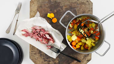 Skrell kålrot, gulrøtter og poteter til mosen og skjær i biter. Legg alt i en kjele. Tilsett litt av kraften fra knokene sam- men med vann til det dekker grønnsakene. La det koke i ca. 30-35 minutter til alt er mørt. Hell av og sett til side litt av kokevannet.