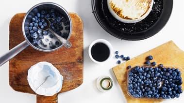 Varm opp en stekepanne med olivenolje og flaksalt. Legg den hele osten i pannen og la den steke et par minutter til den er brunet og karamellisert på utsiden. Vend den forsiktig og stek 1-2 minutter på den andre siden. Sett pannen til side og la osten stå og gjennomvarmes. Osten skal kjennes myk og smeltet når du trykker på midten.