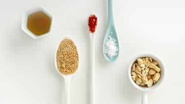 Legg til øvrige ingredienser og bland godt i pannen. Avslutt med å strø over de hakkede nøttene.