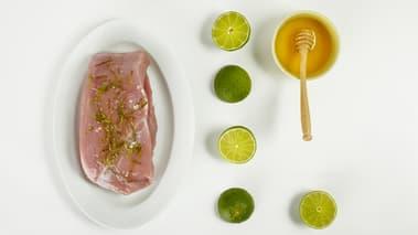 Salte og pepre kalkunskivene, grill dem et par minutter på hver side. Pensle på honning og press over limesaft på slutten av grillingen, så kjøttet blir karamellisert.