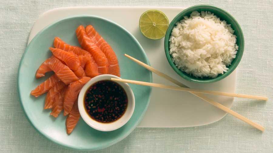 Sashimi av laks med spennende saus